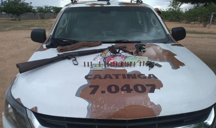 Foram localizados e apreendidos uma carabina e um revólver - Foto: Divulgação   SSP-BA