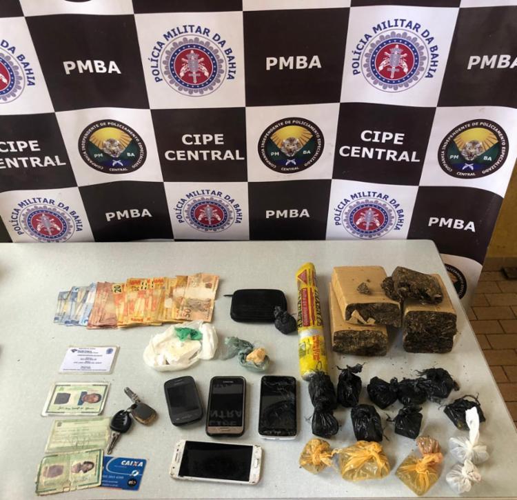 Com a dupla foram apreendidos três quilos de maconha, 230 gramas de cocaína, uma balança, um celular e R$ 237 - Foto: Divulgação | SSP-BA