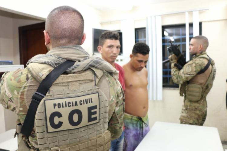 Fabrício (camisa vermelha) e Helquenclise foram apresentados na 26ª Delegacia Territorial - Foto: Alberto Maraux | SSP-BA | Divulgação
