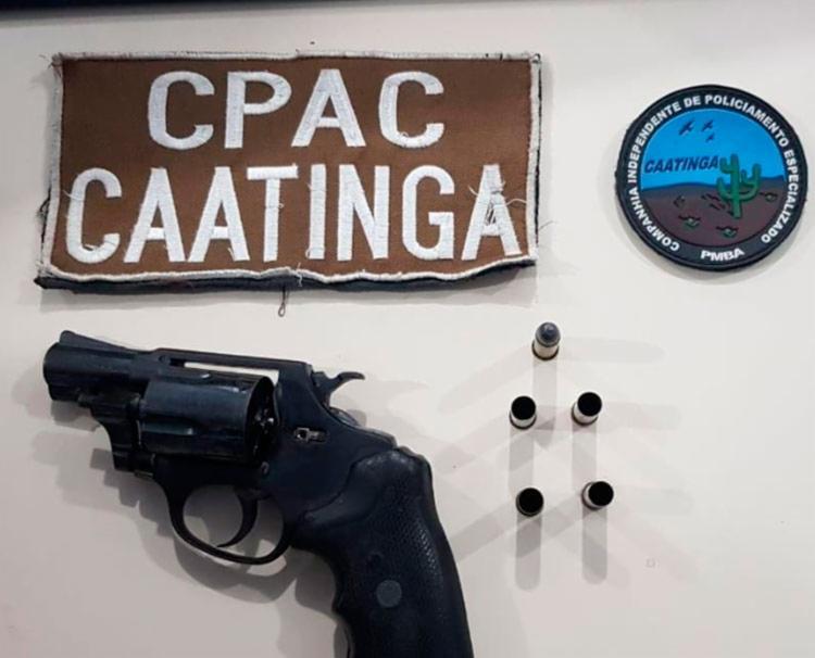 Arma e munições apreendidas com o suspeito