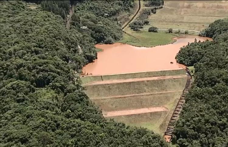 Em caso de rompimento, a lama de refeitos descerá pelo curso d'água - Foto: Reprodução | TV Globo