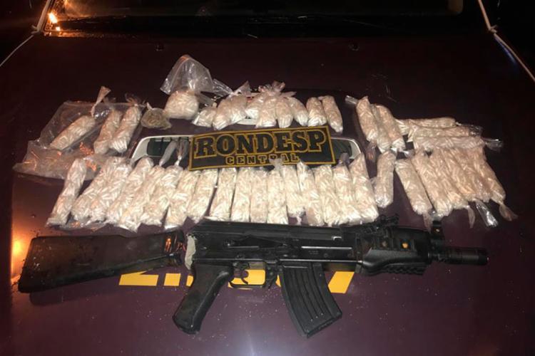 Foram encontrados uma réplica de fuzil e 3.200 pinos de cocaína - Foto: Divulgação   SSP-BA