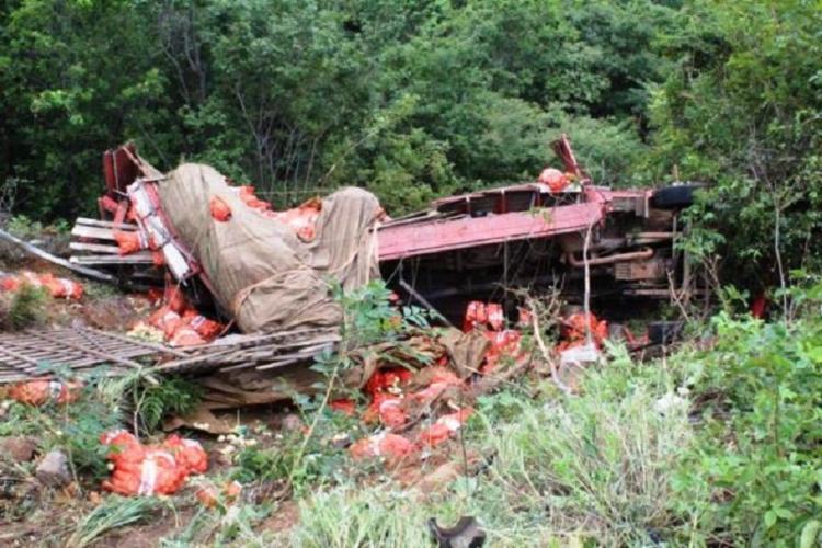 O caminhão, que estava carregado de cebolas, apresentou falhas mecânicas - Foto: 97NEWS | Reprodução
