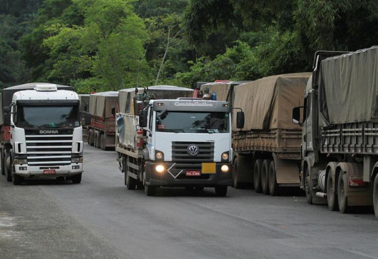 Os caminhoneiros pedem que o preço do diesel fique congelado por pelo menos 30 dias e seja reduzido - Foto: Tiago Caldas | Ag. A TARDE
