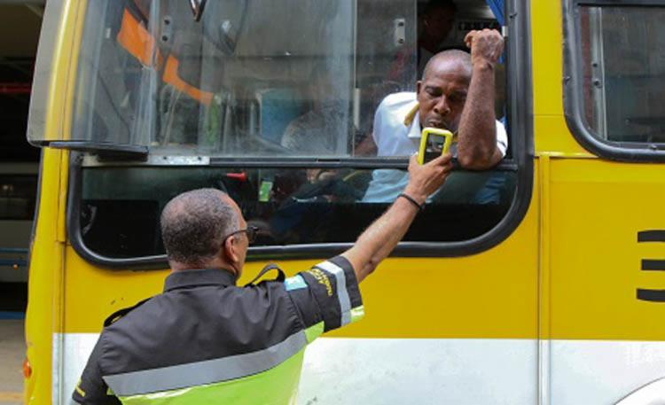 A equipe de Educação para o Trânsito abordou 340 condutores profissionais - Foto: Bruno Concha | Secom