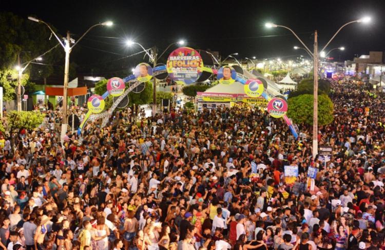 Milhares de pessoas curtem o Carnaval