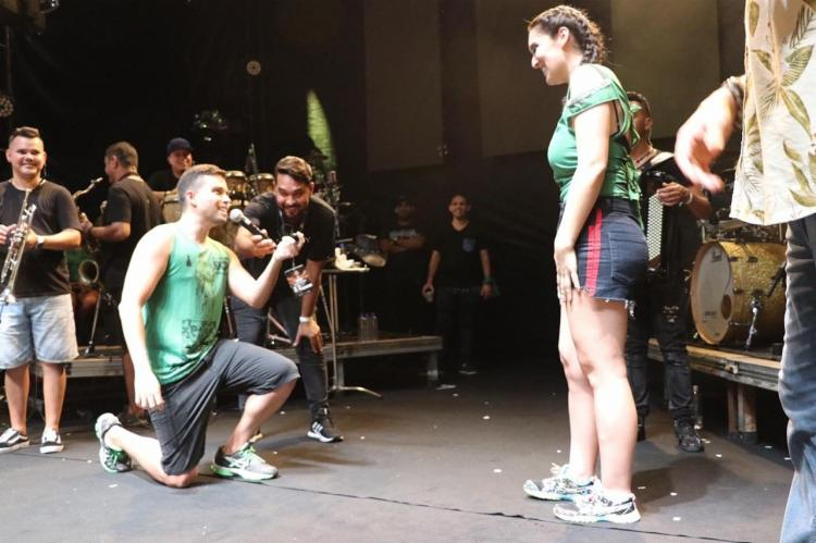 Lucas convidou a parceira ao palco e lançou o pedido: Você aceita casar comigo? - Foto: Divulgação