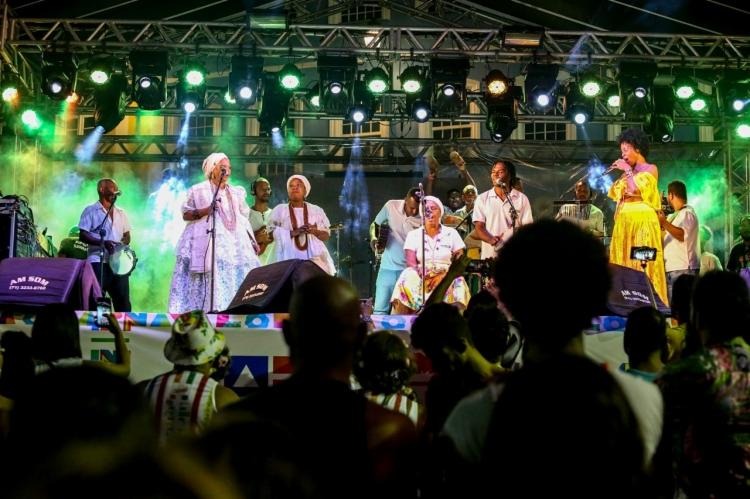 """A noite também foi coroada com o projeto """"Samba das Yabás"""", com a apresentação de um trio de mulheres"""