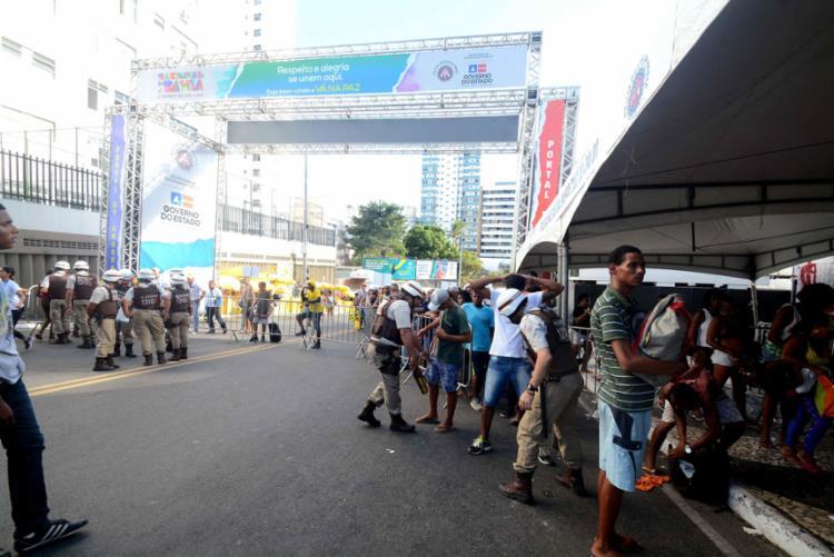 Policiais revistam foliões que vão para os circuitos da folia - Foto: Jefferson Peixoto | Secom-PMS