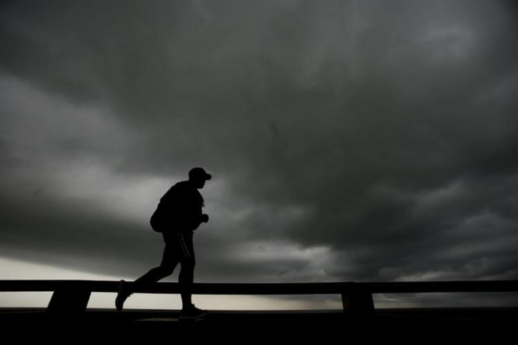 Transalvador pede que pedestres e motoristas tenham cuidado durante a chuva (Foto: Raul Spinassé | Ag. A TARDE)