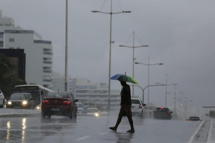 Previsão do tempo para este sábado e domingo, 24, indica a possibilidade de chuvas moderadas - Foto: Raul Spinassé | Ag. A TARDE