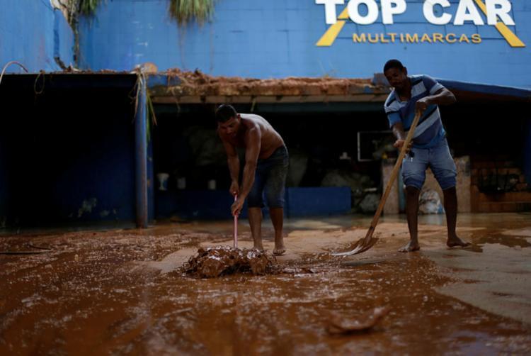 Deslizamento de terra atingiu concessionária na avenida Heitor Dias - Foto: Raul Spinassé | Ag. A TARDE