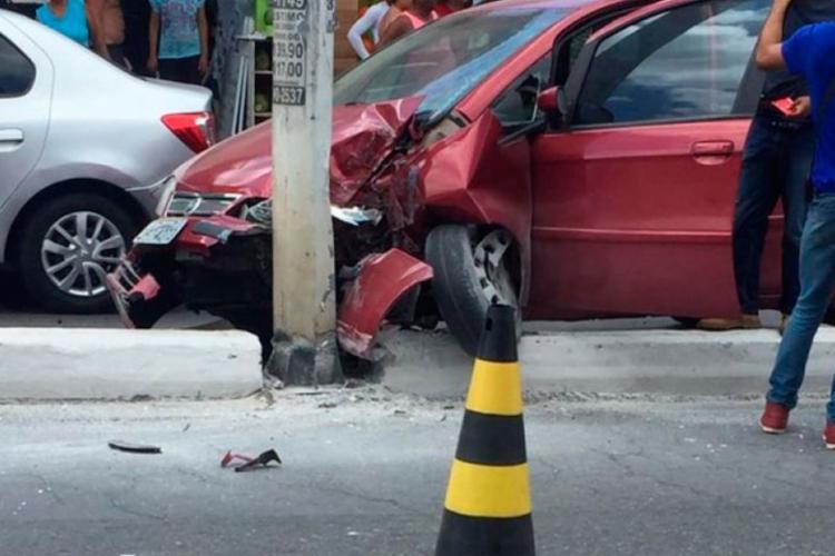 Motorista perdeu controle do carro e colidiu com poste - Foto: Cidadão Repórter   Via WhatsApp