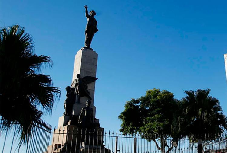 Participantes vão abraçar monumento de Castro Alves em homenagem ao poeta - Foto: Luciano da Matta | Ag. A TARDE