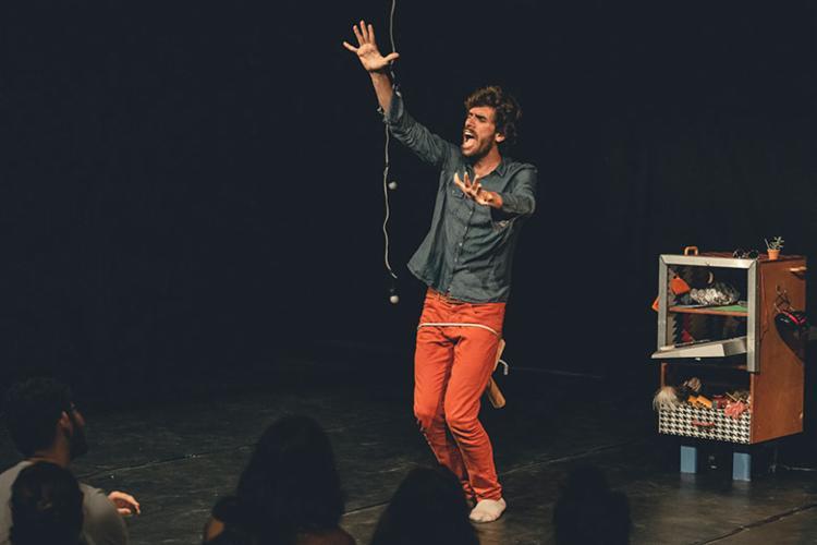 Na peça, ator Vinicius Bustani discute sofre homofobia - Foto: Caio Lírio | Divulgação
