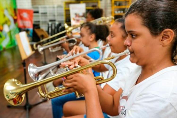 Banda é composta por jovens que tocam instrumentos de sopro e percussão - Foto: Divulgação
