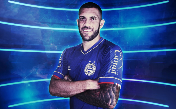 O uniforme, predominantemente azul, faz parte da primeira linha da marca própria do clube, a