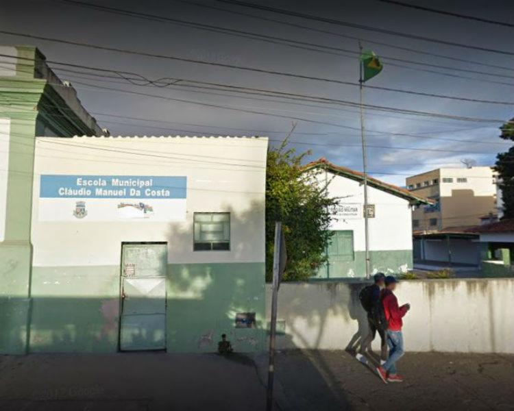 Escola Cláudio Manuel da Costa liberou os alunos mais cedo por falta de água e merenda - Foto: Reprodução | Google Street View