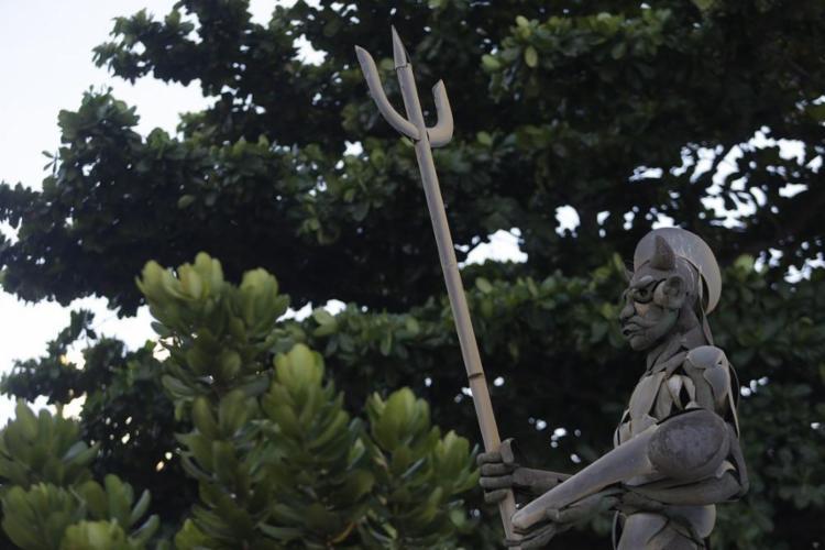 A emblemática escultura Exu, de Mário Cravo Jr., na sede dos Correios, na Pituba - Foto: RAPHAËL MÜLLER/ AG. A TARDE