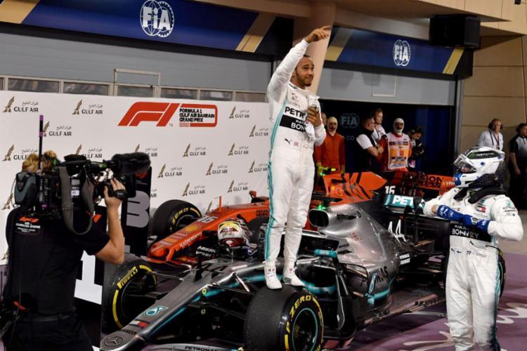Lewis Hamilton venceu após o motor de Leclerc falhar no fim da corrida - Foto: Andrej Isakovic | AFP