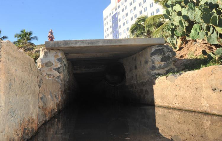 A empresa fez descarte irregular de esgoto no riacho da Fonte do Boi - Foto: Felipe Iruatã l Ag. A TARDE