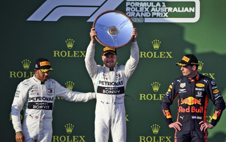 Bottas completou o percurso no circuito de Albert Park em 1h25min27s325, mais de 20 segundos à frente de Hamilton e Verstappen, que terminou em terceiro - Foto: William West l AFP