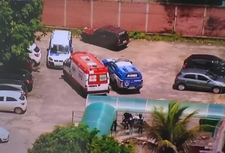Homens pularam o muro do Colégio Estadual Edvaldo Brandão Correia, no bairro de Cajazeiras 4 - Foto: Reprodução