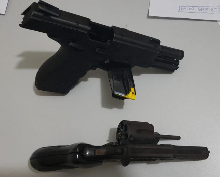 Duas armas foram encontradas no local onde os suspeitos estavam - Foto: Divulgação | SSP-BA