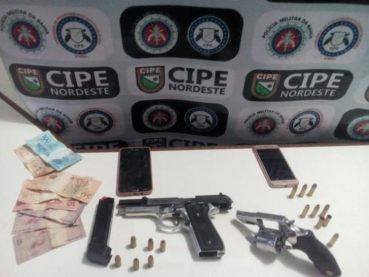 Suspeitos exibiam armas de fogo e dispararam em frente a uma residência - Foto: Divulgação   SSP-BA