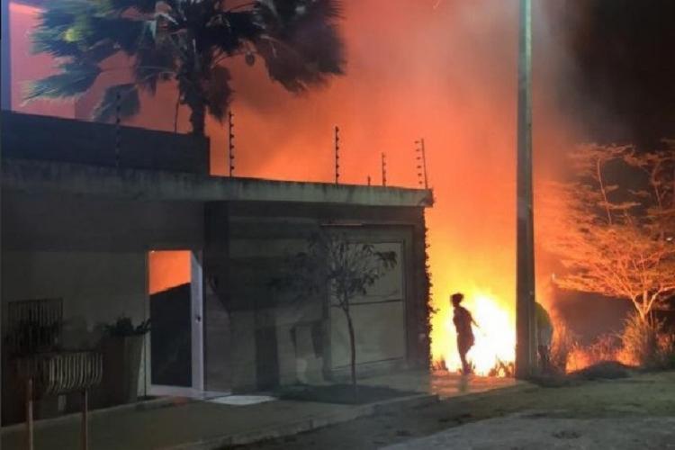 As chamas chegaram a atingir algumas casas próximas ao incêndio. - Foto: Divulgação   RADAR 64