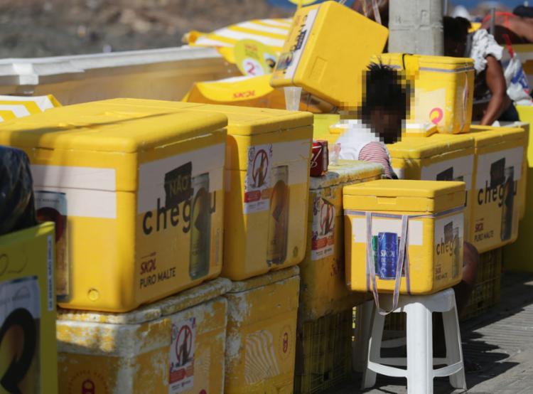 Recipientes de isopor são utilizados especialmente par transportar bebidas geladas - Foto: Joá Souza l Ag. A TARDE