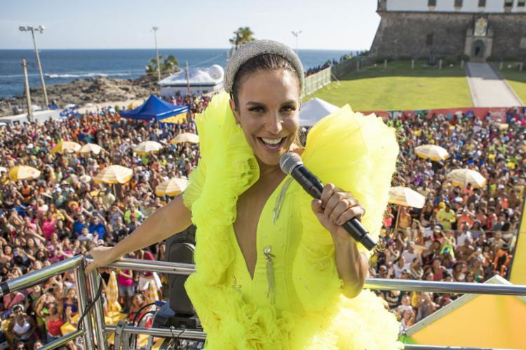 A cantora Ivete Sangalo finaliza as festividades puxando um trio em direção ao Farol da Barra - Foto: Divulgação