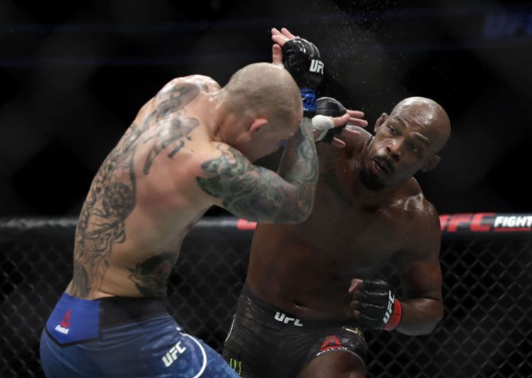 O campeão dominou a luta em pé, na grade e no chão - Foto: Isaac Brekken l AFP