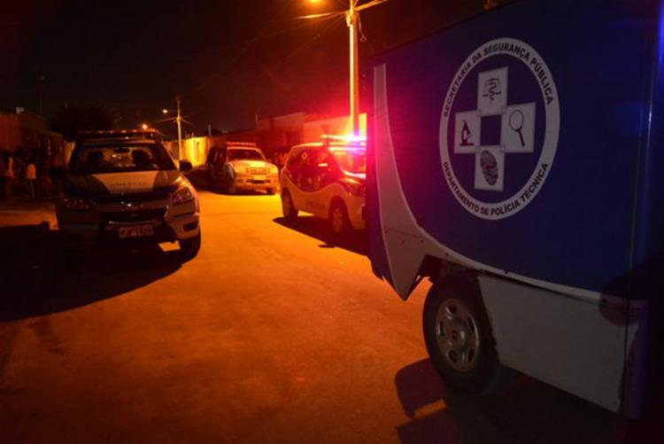 Equipes do Departamento de Polícia Técnica removeram o corpo da vítima - Foto: Divulgação   Blog do Anderson