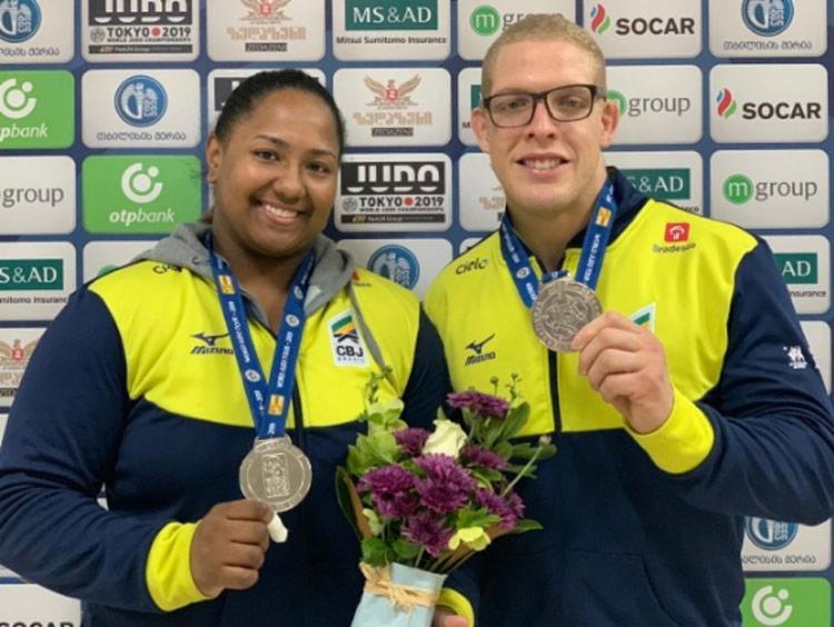 Beatriz Souza e Rafael Buzacarini ajudaram a colocar o Brasil no Top 10 do quadro geral de medalhas - Foto: Divulgação | CBJ