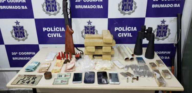 Além dos entorpecentes, cadernetas com a movimentação da quadrilha, arma e munições também foram apreendidos - Foto: Divulgação | SSP