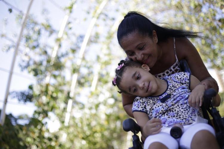 A professora Juliana Barreto e a filha, Luine: a menina passou a ter mais qualidade de vida depois do tratamendo com o canabidiol - Foto: Raphael Muller / Ag. A TARDE