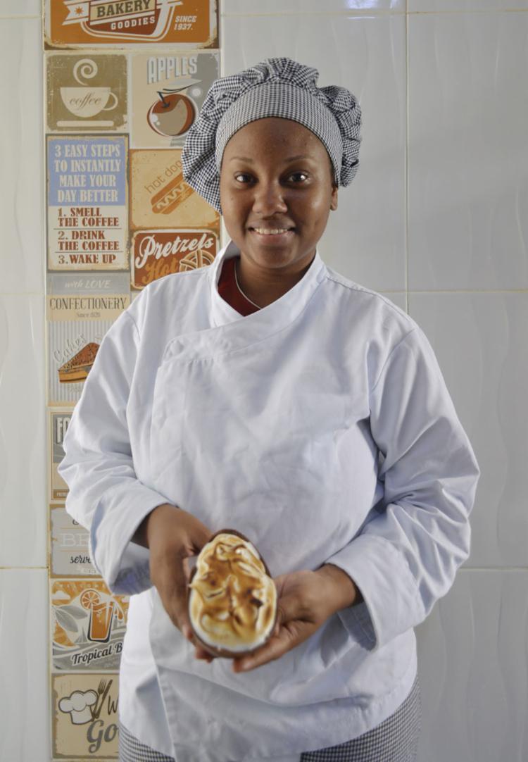 Estudante de gastronomia, Maiara Tailane trabalha em casa - Foto: Shirley Stolze / Ag. A TARDE