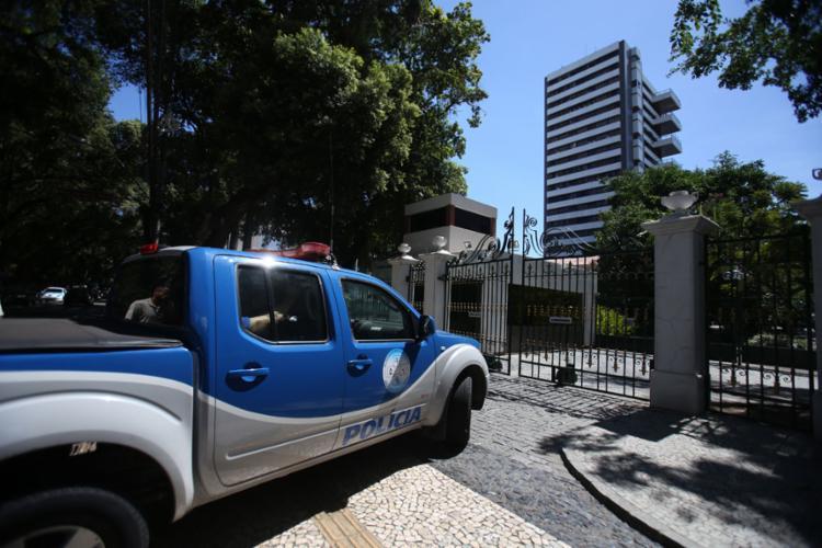 Carro da polícia à frente da Mansão Carlos Costa Pinto, edifício de alto padrão onde ocorreu o acidente - Foto: Joá Souza l Ag. A TARDE