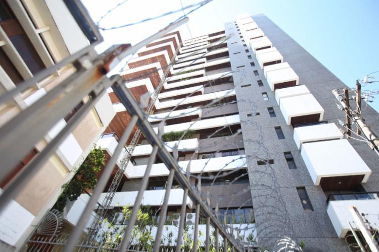 Operários despencaram de uma altura de cerca de 20 metros, durante intervenção na fachada do edifício - Foto: Joá Souza l Ag. A TARDE