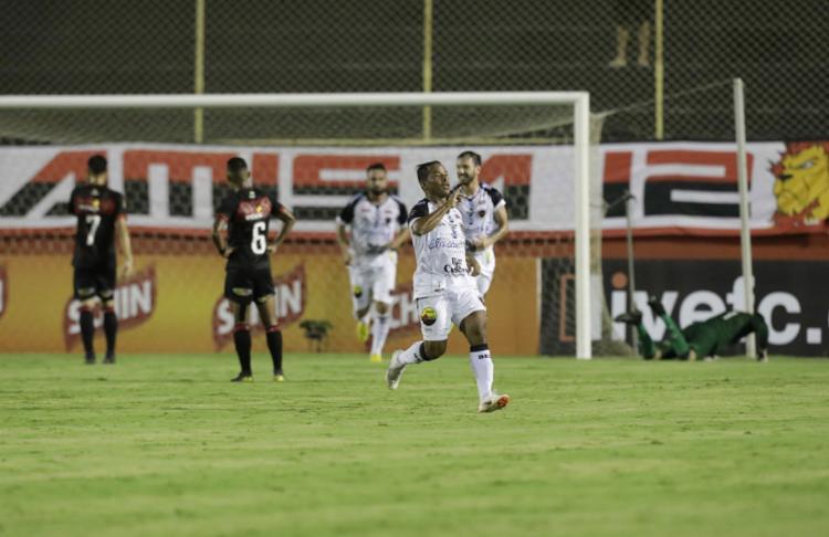 O meia Marcos Aurélio deu show no Barradão e comandou triunfo do Belo sobre o Leão - Foto: Adilton Venegeroles l Ag. A TARDE