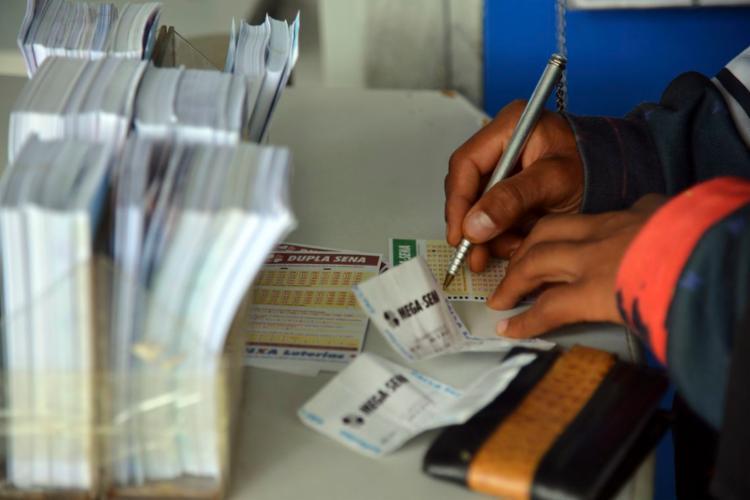 Apostas podem ser feitas até às 19h em qualquer lotérica do país - Foto: Wilson Dias | Agência Brasil