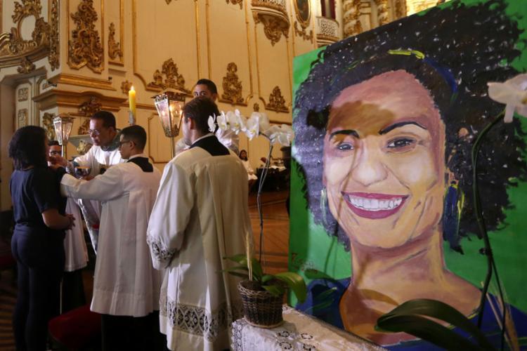 A missa reuniu a família da vereadora assassinada, bem como amigos e políticos. - Foto: Wilton Júnior l Estadão Conteúdo