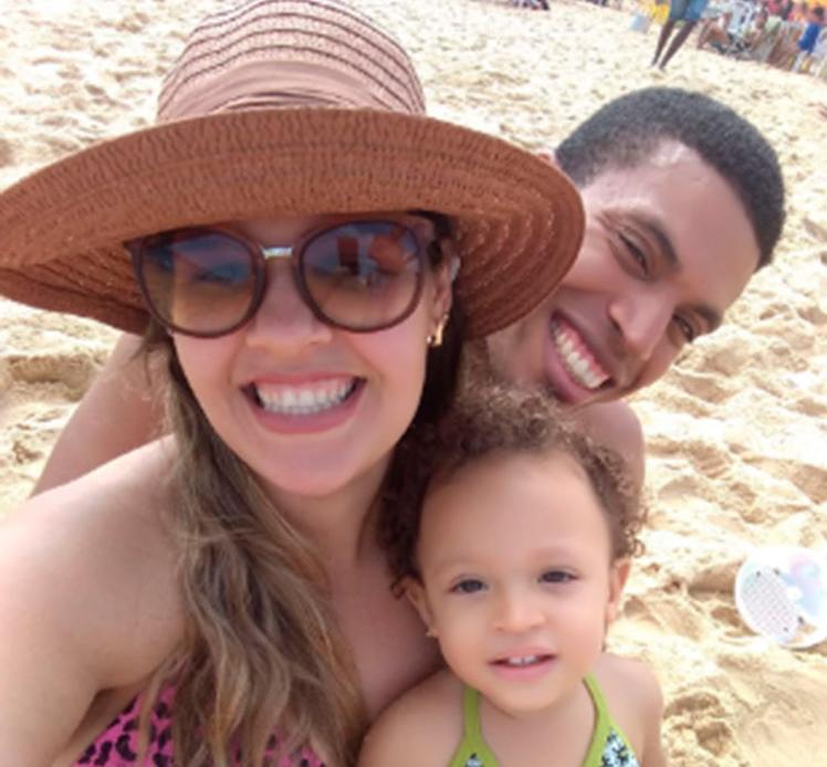 Monique ao lado de seu marido e sua filha Yasmim