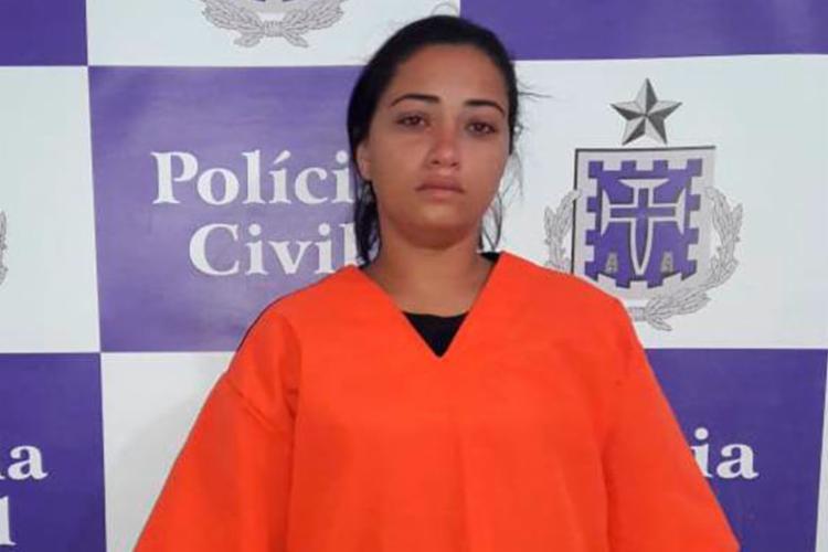Suspeita foi presa em flagrante com arma e munições - Foto: Divulgação   Polícia Civil