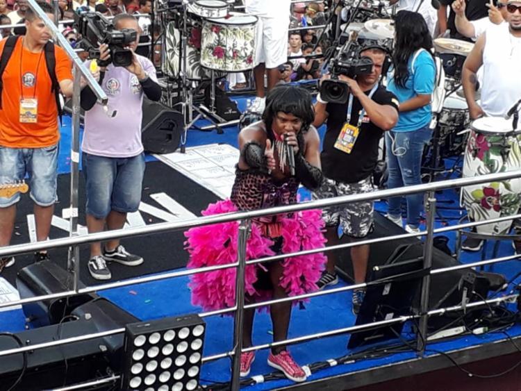 Vestido à carater, Márcio Victor pediu respeito às mulheres durante o Carnaval - Foto: Thaís Seixas | Ag. A TARDE