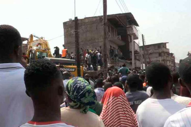 Equipes resgataram mais de 50 pessoas, entre elas 8 estavam feridos - Foto: Moise Gomis | AFPTV | AFP