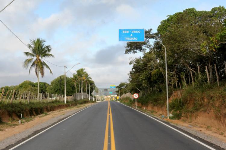 Com um investimento R$ 6,2 milhões na pavimentação de 14,8 quilômetros da via, o serviço beneficiará 51 mil habitantes, principalmente pequenos produtores e comerciantes - Foto: Camila Souza/GOVBA