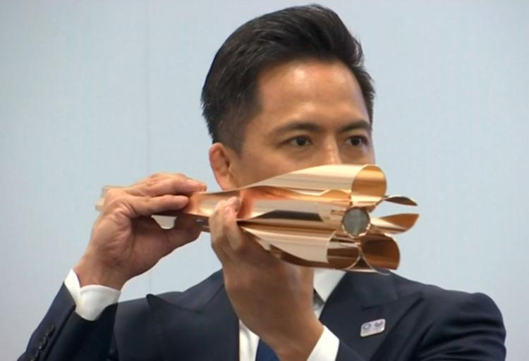 As cinco pétalas desenhadas na ponta da tocha fazem referência aos anéis olímpicos - Foto: Reprodução   TV Globo