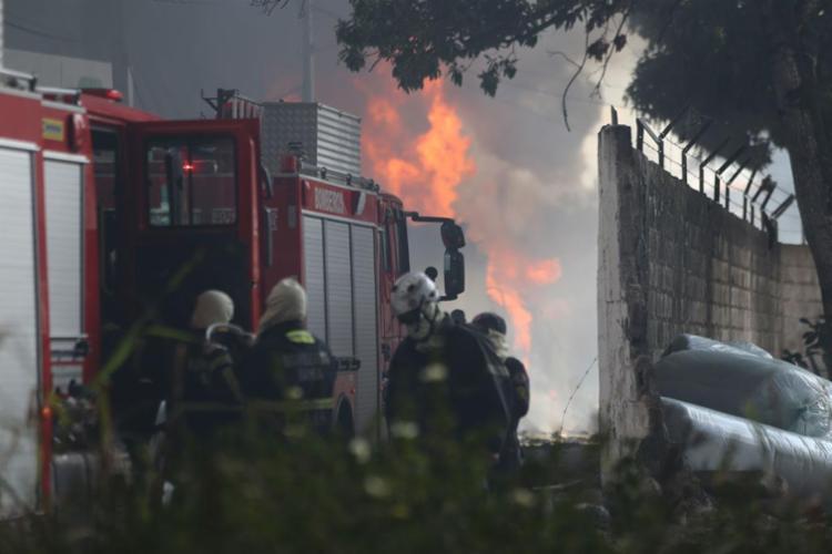 O fogo começou de no início da manhã e só foi contido pelos bombeiros cerca de cinco horas depois - Foto: Joá Souza | Ag. A TARDE